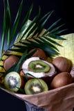 Уникальный праздничный букет хворостин кокоса, кивиа и ладони на черной предпосылке Букет плодоовощ Фрукты и овощи здорового стоковое фото