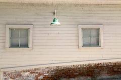 Уникально древесина и кирпичная стена с окном и светом Стоковые Изображения RF