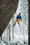 Уникально спорт зимы Альпинист утеса на трудном восхождении Взбираться Extreeme стоковое фото