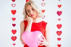 Унылая девушка держа воздушный шар сердца Стоковая Фотография RF