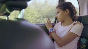 Унылая девушка пробурила сидеть в автомобиле в движении перемещения заднего сиденья маленькая девочка пробуренная в автомобиле пу акции видеоматериалы
