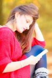 Унылая женщина в парке с телефоном Стоковая Фотография
