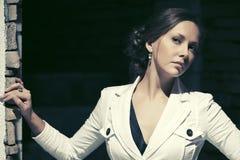 Унылая красивая женщина моды в белой куртке в улице ночи Стоковое Изображение