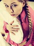 Унылая молодая женщина подростка сидя на кровати стоковые фото