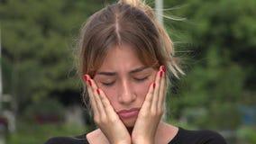 Унылая предназначенная для подростков испанская девушка сток-видео