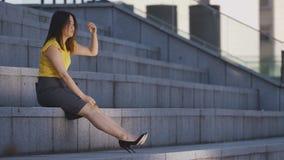Унылая усиленная азиатская дама дела сидя на лестницах акции видеоматериалы