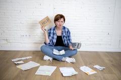 Унылая усиленная женщина с калькулятором и банком и счеты обработка документов и документы делая отечественный финансовый учет Стоковое фото RF