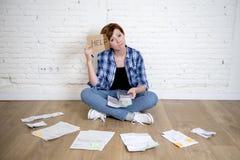 Унылая усиленная женщина с калькулятором и банком и счеты обработка документов и документы делая отечественный финансовый учет Стоковая Фотография