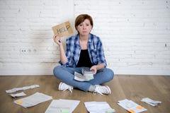 Унылая усиленная женщина с калькулятором и банком и счеты обработка документов и документы делая отечественный финансовый учет Стоковое Изображение RF
