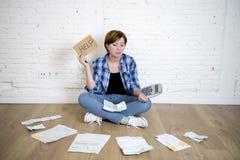 Унылая усиленная женщина с калькулятором и банком и счеты обработка документов и документы делая отечественный финансовый учет Стоковое Изображение