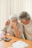 Унылые возмужалые пары высчитывая их отечественные векселя Стоковые Фото
