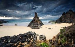 Унылые облака шторма маячат над стогом моря пирамиды Стоковые Фото
