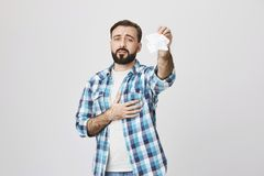Унылый европейский отец выражая скорбу из-за отклонения близкого друга, держа одну руку на сердце и развевая ткань Стоковое Фото