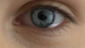 Унылый женский конец-вверх глаза, упадочные эмоции, заболевание зрения, здравоохранение