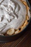 Унылый крупный план пирога Banoffee на деревянном столе Стоковая Фотография RF