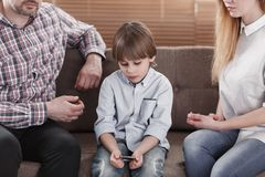 Унылый мальчик с аутизмом стоковые изображения