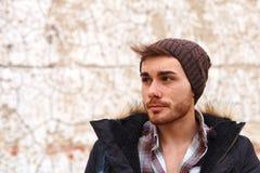 Унылый парень с шляпой шерстей стоковые изображения