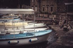 Унылый старый порт городка с причаленными шлюпками в дне overcast во время идти дождь сезон осени в европейской прогулке города с Стоковые Фотографии RF