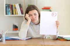 Унылый студент показывая неудачный экзамен стоковое изображение rf