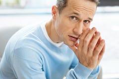 Унылый унылый человек смотря вас Стоковая Фотография