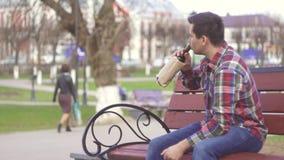 Унылый человек с бутылкой вина в парке акции видеоматериалы