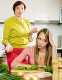 Унылая взрослая дочь против зрелой матери после конфликта Стоковые Изображения
