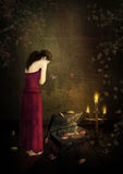 Унылая девушка в свете свечей сломленные сновидения стоковые изображения rf