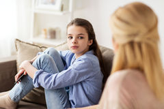 Унылая девушка при мать сидя на софе дома Стоковые Изображения