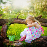 Унылая девушка сидя на ветви дерева в парке лета Стоковая Фотография