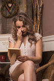 Унылая девушка смотря фото Стоковое Изображение RF