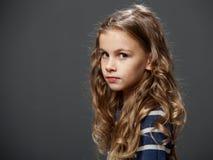 Унылая девушка с длинными красивыми волосами Стоковое Фото