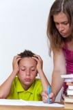 Унылая женская делая домашняя работа с ее сыном твена Стоковое Изображение RF