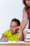 Унылая женская делая домашняя работа с ее сыном твена Стоковое фото RF