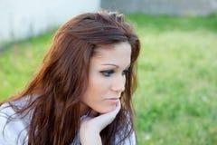 Унылая женщина брюнет в думать парка стоковые фотографии rf