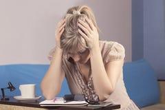 Унылая женщина высчитывая семейный бюджет дома Стоковая Фотография