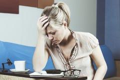 Унылая женщина высчитывая семейный бюджет дома Стоковое фото RF