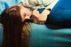 Унылая женщина кладя на кресло Стоковое Фото