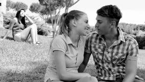 Унылая женщина наблюдая счастливых пар ревнивых сток-видео