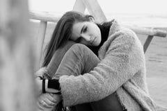 Унылая женщина плача на черно-белом чувства пляжа потерянное и одно Стоковая Фотография