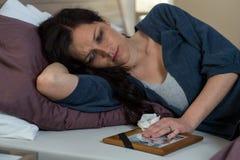 Унылая женщина смотря фото мертвого супруга Стоковые Изображения RF