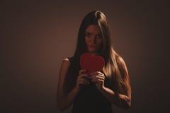 Унылая женщина с коробкой валентинок Стоковая Фотография