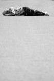Унылая и с разбитым сердцем девушка спать на дороге Стоковое фото RF