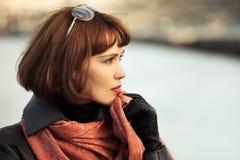 Унылая красивая женщина моды в кожаном пальто внешнем Стоковое Изображение