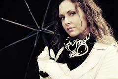 Унылая красивая женщина моды с зонтиком Стоковые Изображения