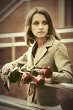 Унылая молодая женщина моды с красными розами Стоковые Изображения RF