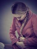 Унылая молодая женщина подростка на боли чувства кровати стоковая фотография rf