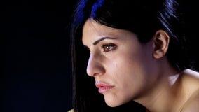 Унылая сиротливая женщина чувствуя отжатый видеоматериал