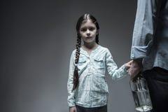 Унылая смотря рука девушки касающая ее отца Стоковое Фото