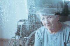 Унылая, старшая неработающая женщина стоковые изображения rf