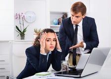 Унылая субординационная женщина будучи обвинянным к совершать ошибка col человека стоковое изображение